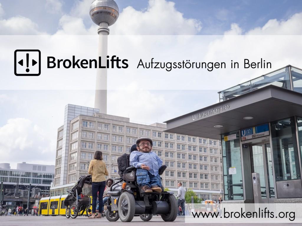 Raul Krauthausen in Berlin vor dem Fernsehturm und neben einen Aufzug.